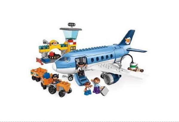 LEGO 乐高-乐高得宝系列-飞机场L5595 得宝系列是乐高玩具旗下一条特别针对105-6岁宝宝的产品线,以适合宝宝小手的大颗粒为基本元素,包含了拼插搭建、角色扮演等多重游戏,是宝宝童年的好玩伴。 乐高小镇的机场始总是一片忙碌的景象:工人正在装载行李,妈妈和孩子准备登机,飞行员正对飞机进行*后的检查,而机场控制塔密切监测着每个角落。 产品特色: 包括候机楼和控制塔,以及一架大飞机 飞机的前舱门和后舱门都可以打开;顶部也可以打开 运货车从候机楼运输3个行李箱到飞机旁 产品内包括飞行员、机场工作人员、妈妈和